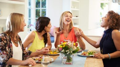4 woman sitting at a table: the 4 types of body language and what they say about you
