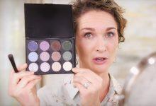 Women teaches how to wear eyeshadow
