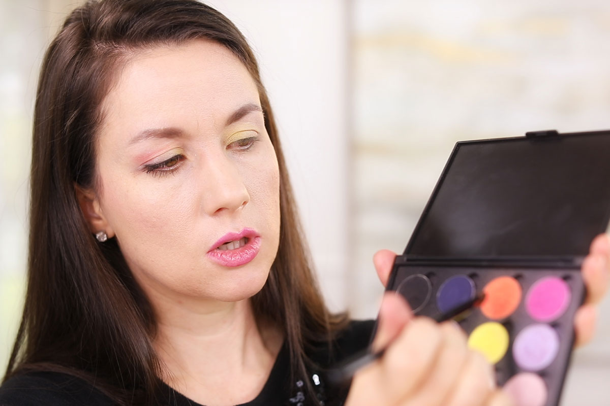 Kalista teaching how to wear eyeshadow