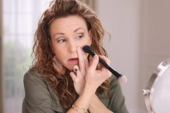 Anna K showing how to apply blush